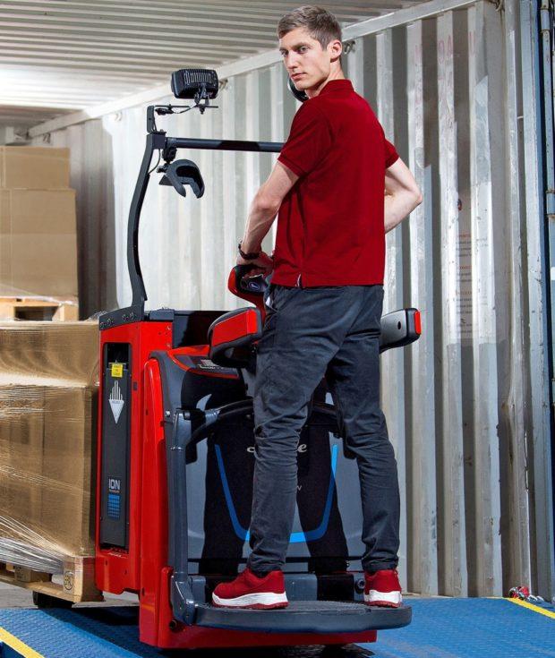 Linde představuje inovované portfolio úzkých kompaktních vozíků