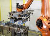 Robot paletizuje bavorské klobásy
